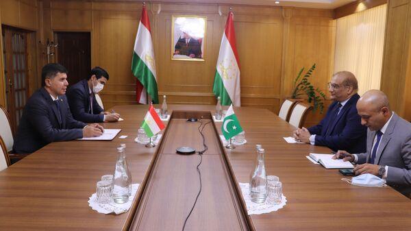 Министр экономики Таджикистана Завки Завкизода провел встречу с послом Пакистана в Душанбе - Sputnik Тоҷикистон