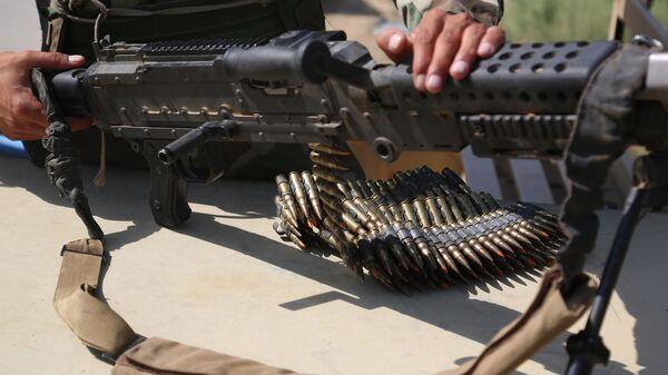 Мужчина держит в руках пулемет - Sputnik Таджикистан