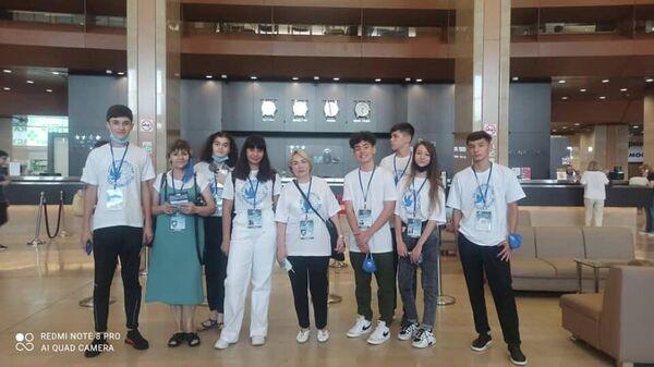 Команда школьников из Таджикистана прилетела в Москву по ежегодной программе Здравствуй, Россия! - Sputnik Тоҷикистон