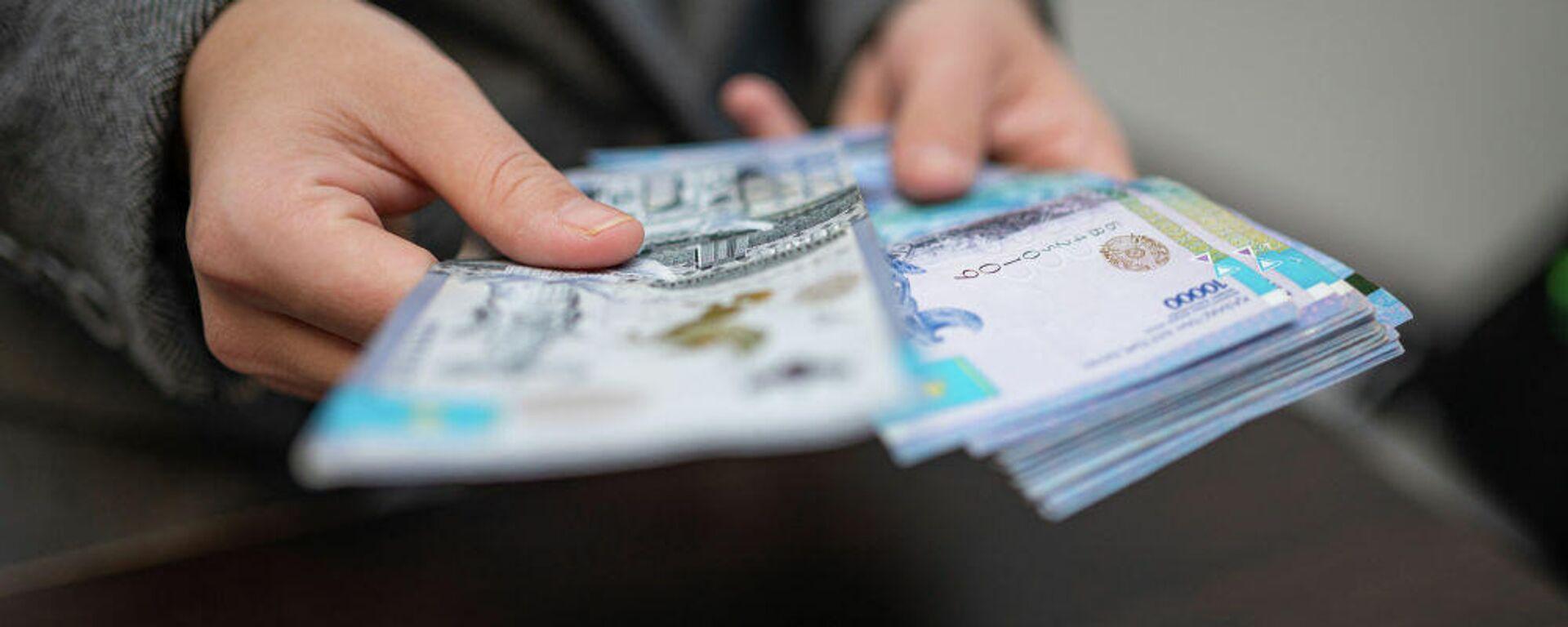 Человек считает деньги  - Sputnik Таджикистан, 1920, 13.08.2021