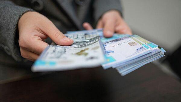 Человек считает деньги  - Sputnik Таджикистан
