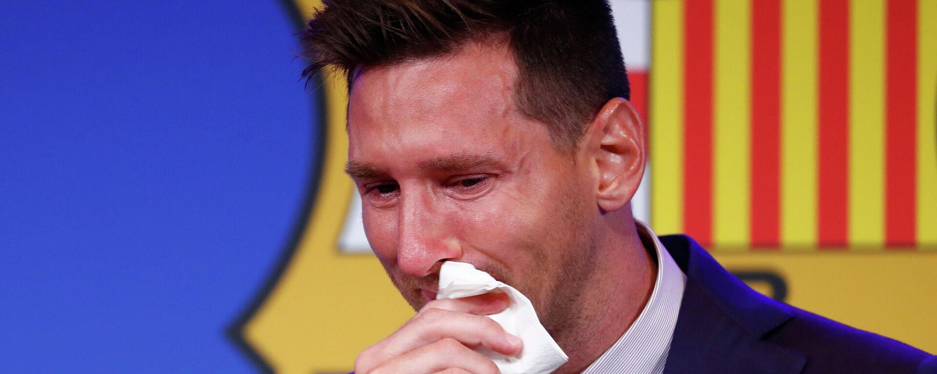 Лионель Месси плачет в начале пресс-конференции на стадионе Камп Ноу в Барселоне - Sputnik Тоҷикистон, 1920, 13.08.2021