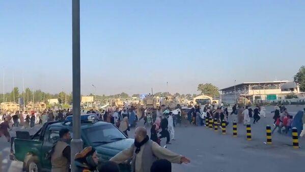 Люди продолжают штурмовать аэропорт Кабула в надежде уехать из страны. - Sputnik Таджикистан