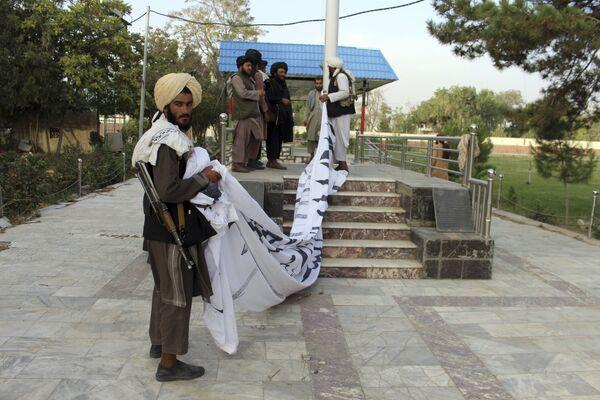А в это время талибы развешивали по городу свои флаги. - Sputnik Таджикистан