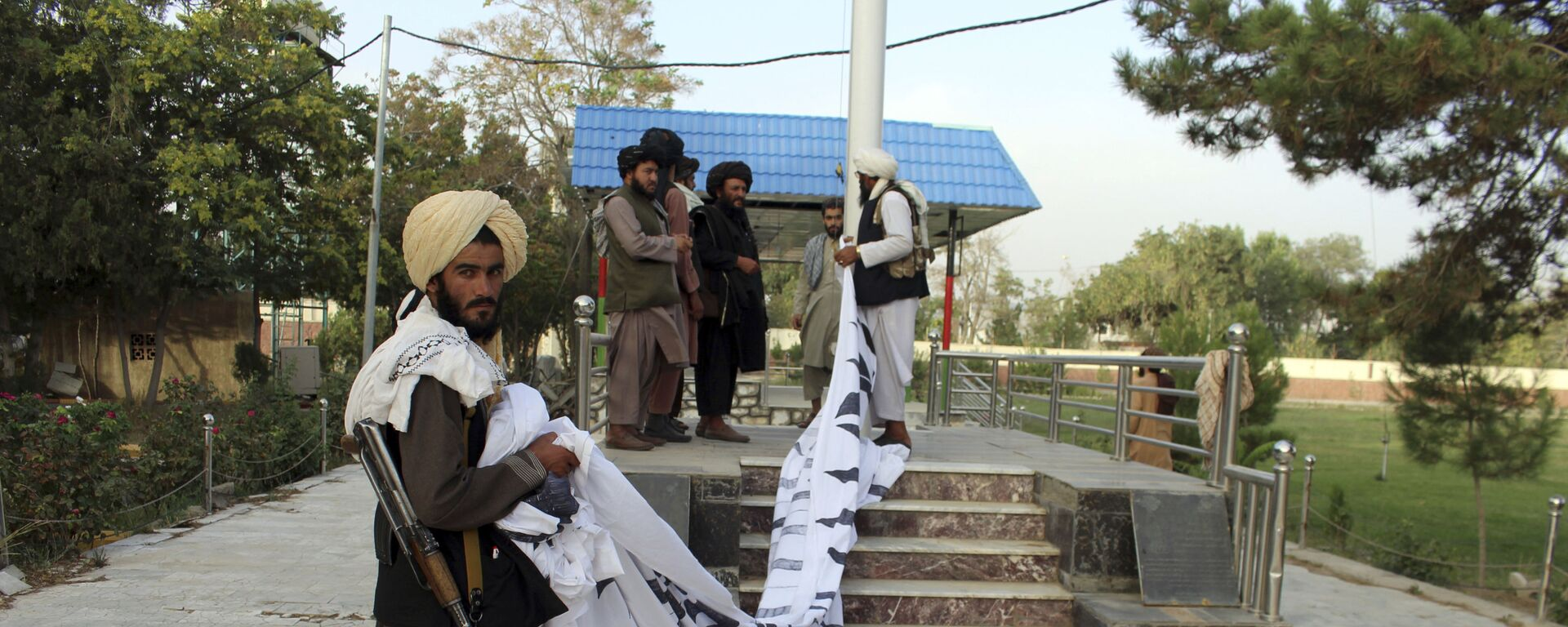 Боевики Талибан* поднимают свой флаг в городе Газни  - Sputnik Таджикистан, 1920, 08.09.2021