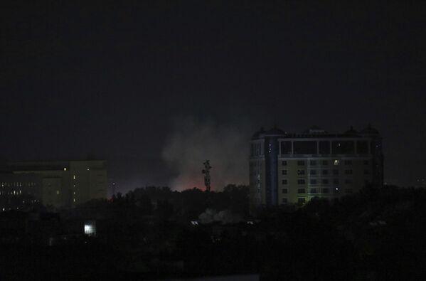 Над некоторыми посольствами, в том числе и над диппредставительством США, более суток поднимался дым. Эксперты отмечают, что так уничтожаются в спешке секретные документы. - Sputnik Таджикистан