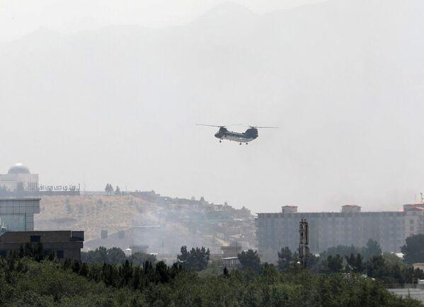 Знаковым стал этот кадр с американским транспортным вертолетом, который сравнивают с таким же вертолетом в небе Вьетнама эвакуирующим войска США. - Sputnik Таджикистан