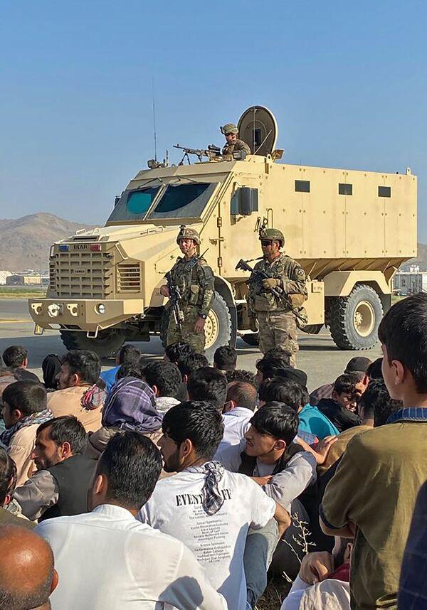 Защиту аэропорта Кабула обеспечивают американские и британские военные. - Sputnik Таджикистан
