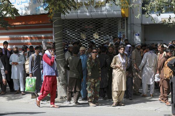 Однако этого хватило, чтобы в городе поднялась паника. Люди устремились к банкоматам, чтобы снять деньги и покинуть столицу. - Sputnik Таджикистан