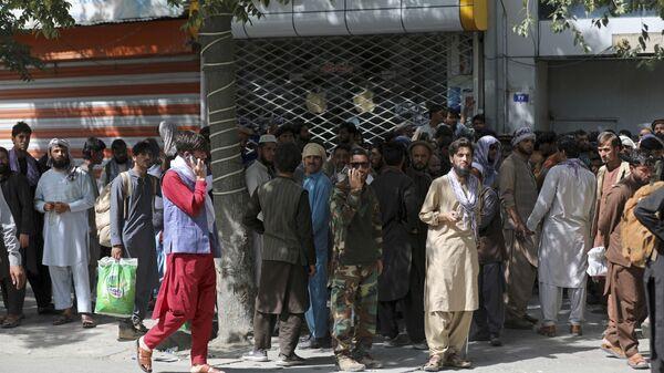 Афганцы в очереди в банк в Кабуле  - Sputnik Тоҷикистон