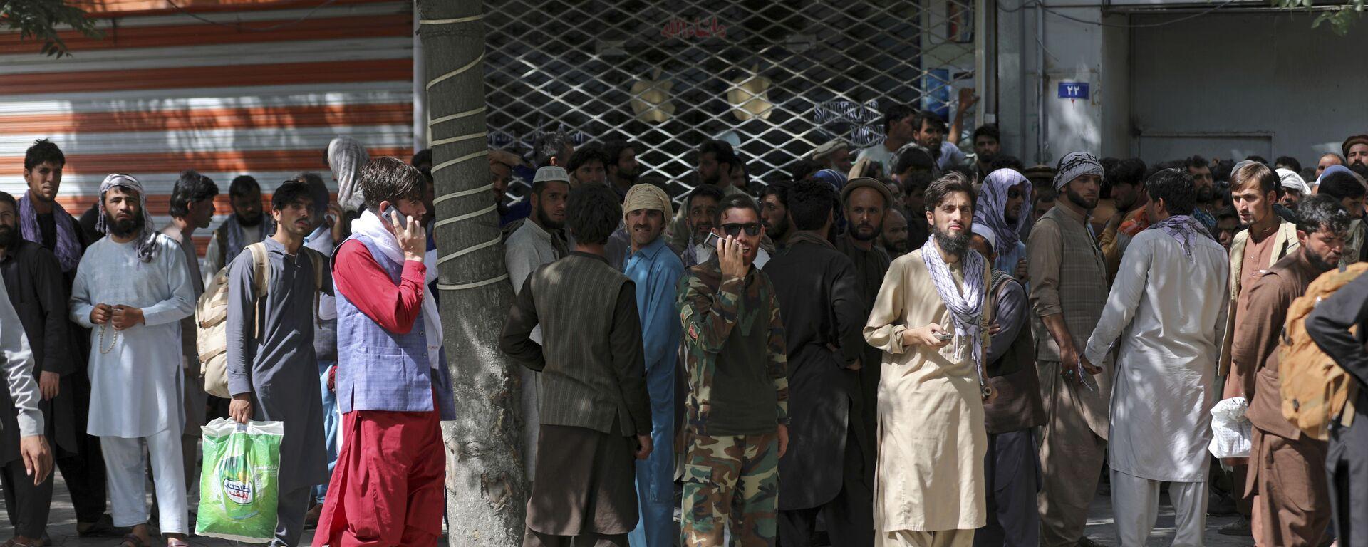 Афганцы в очереди в банк в Кабуле  - Sputnik Таджикистан, 1920, 07.09.2021