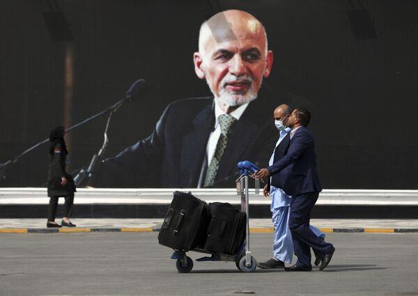 Ашраф Гани остался в Афганистане только на стенах. Хотя, вероятнее всего, скоро все плакаты и граффити с экс-президентом исчезнут. - Sputnik Таджикистан