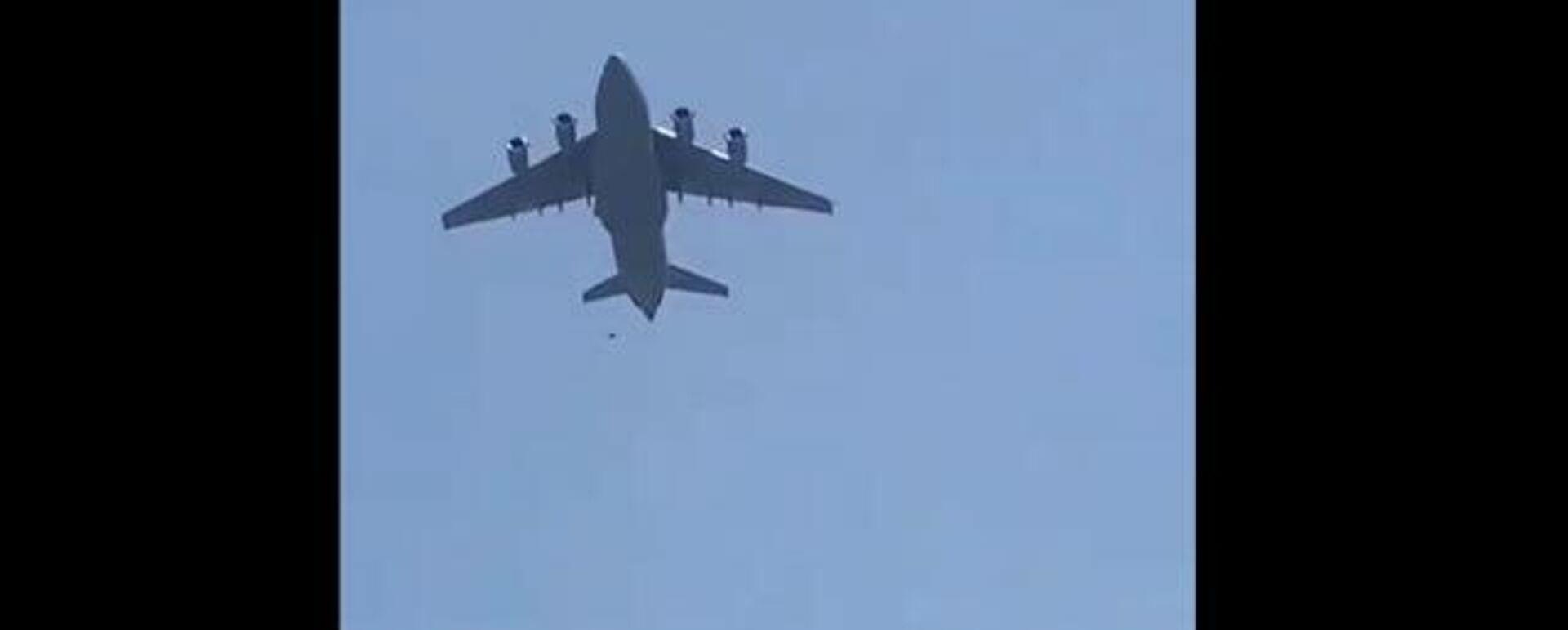 Афганцы зацепились за шасси вылетавшего из Кабула самолета и упали на землю - Sputnik Таджикистан, 1920, 16.08.2021