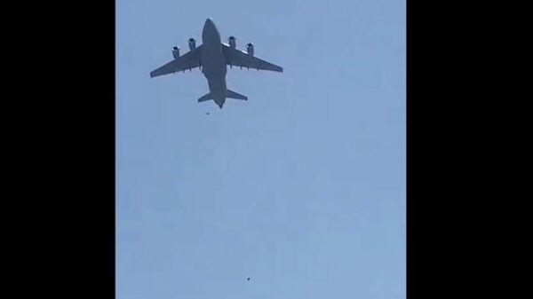 Афганцы зацепились за шасси вылетавшего из Кабула самолета и упали на землю - Sputnik Тоҷикистон