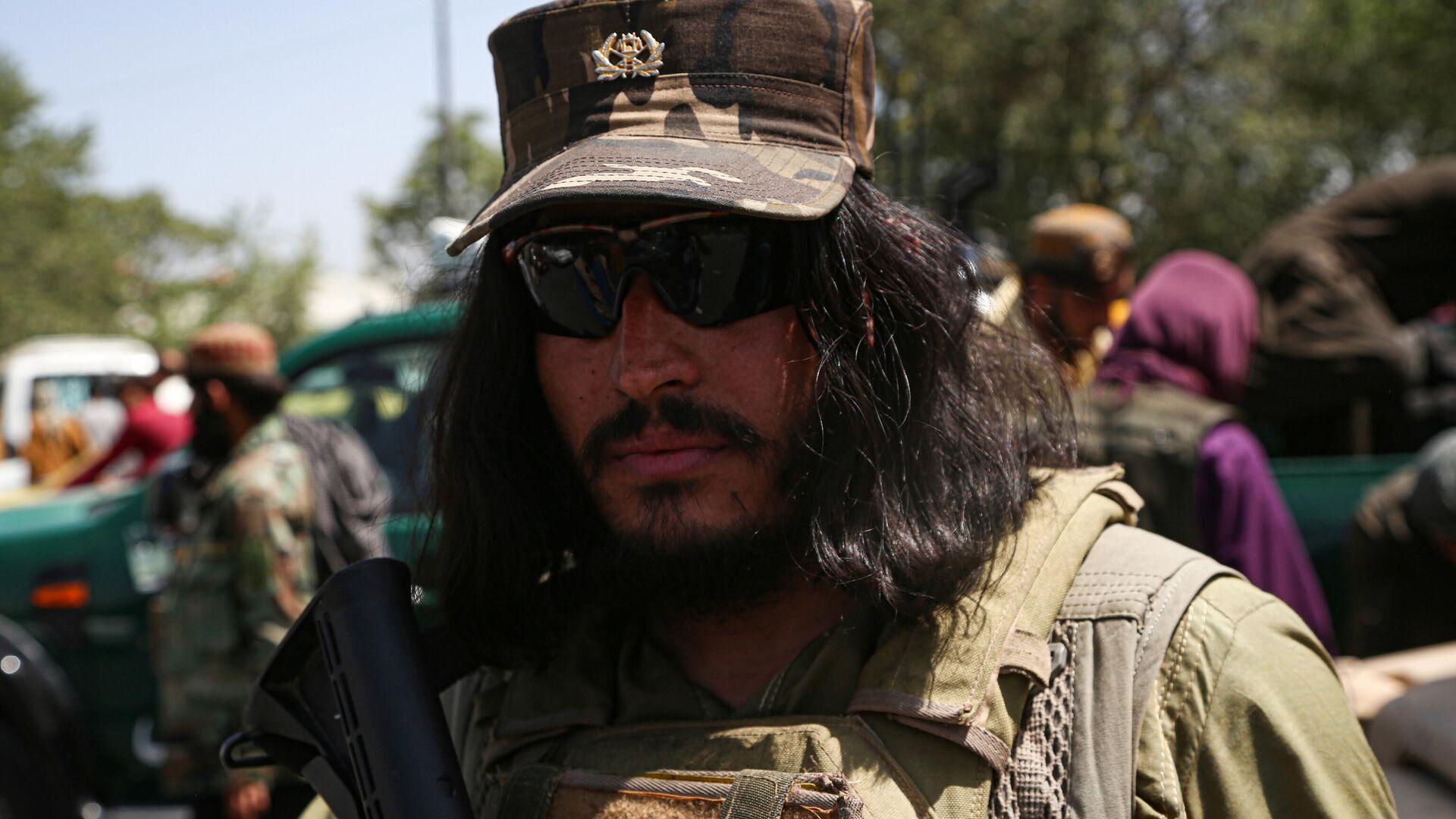 Боевик движения Талибан (террористическая организация, запрещена в России) в Кабуле - Sputnik Тоҷикистон, 1920, 25.09.2021