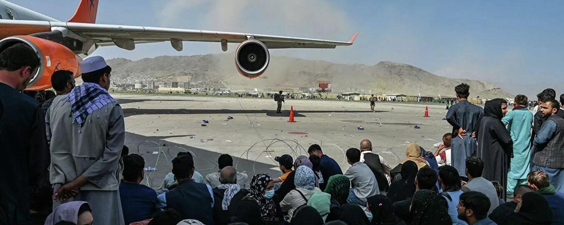 Пассажиры в аэропорту Кабула  - Sputnik Тоҷикистон, 1920, 19.08.2021