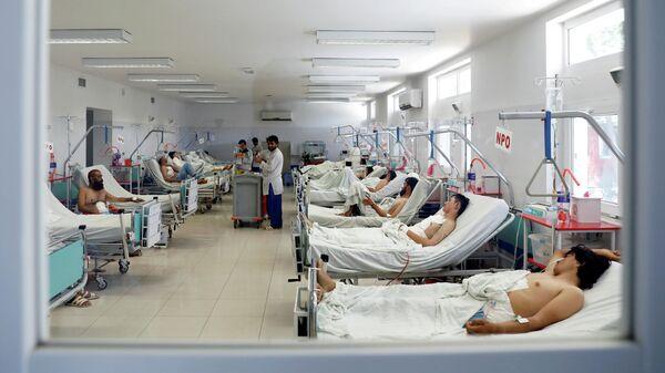 Афганские мужчины, получившие ранения в результате нападения в Кабуле, архивное фото - Sputnik Таджикистан