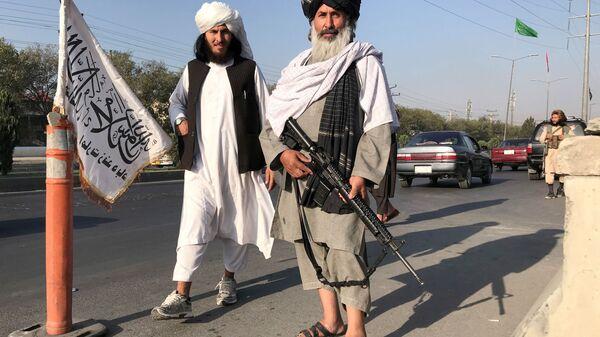 Боевик Талибана* с американской винтовкой M16 в Кабуле - Sputnik Таджикистан