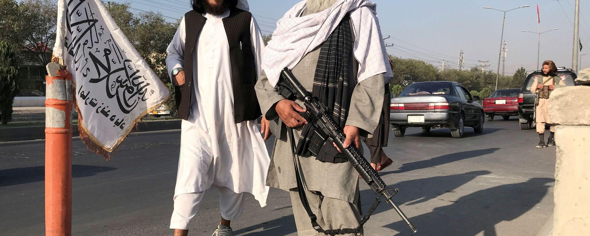 Боевик Талибана* с американской винтовкой M16 в Кабуле - Sputnik Таджикистан, 1920, 18.08.2021