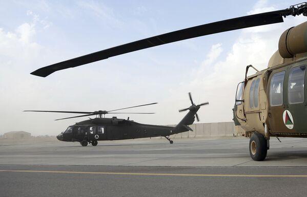 Чархболи UH-60 Black Hawk бо дипломатҳои амрикоӣ ва омӯзандагони афғон аз фурудгоҳи Қандаҳор парвоз мекунад. - Sputnik Тоҷикистон