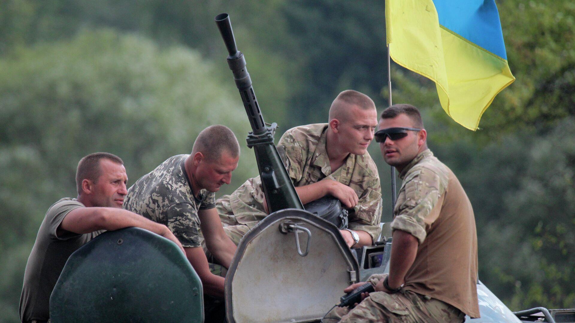 Украинские солдаты на БТР - Sputnik Тоҷикистон, 1920, 19.08.2021