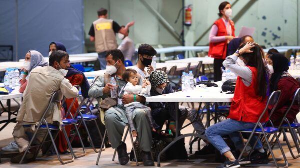 Граждане Испании и Афганистана отдыхают после прибытия на авиабазу Торрехон после эвакуации из Кабула - Sputnik Таджикистан