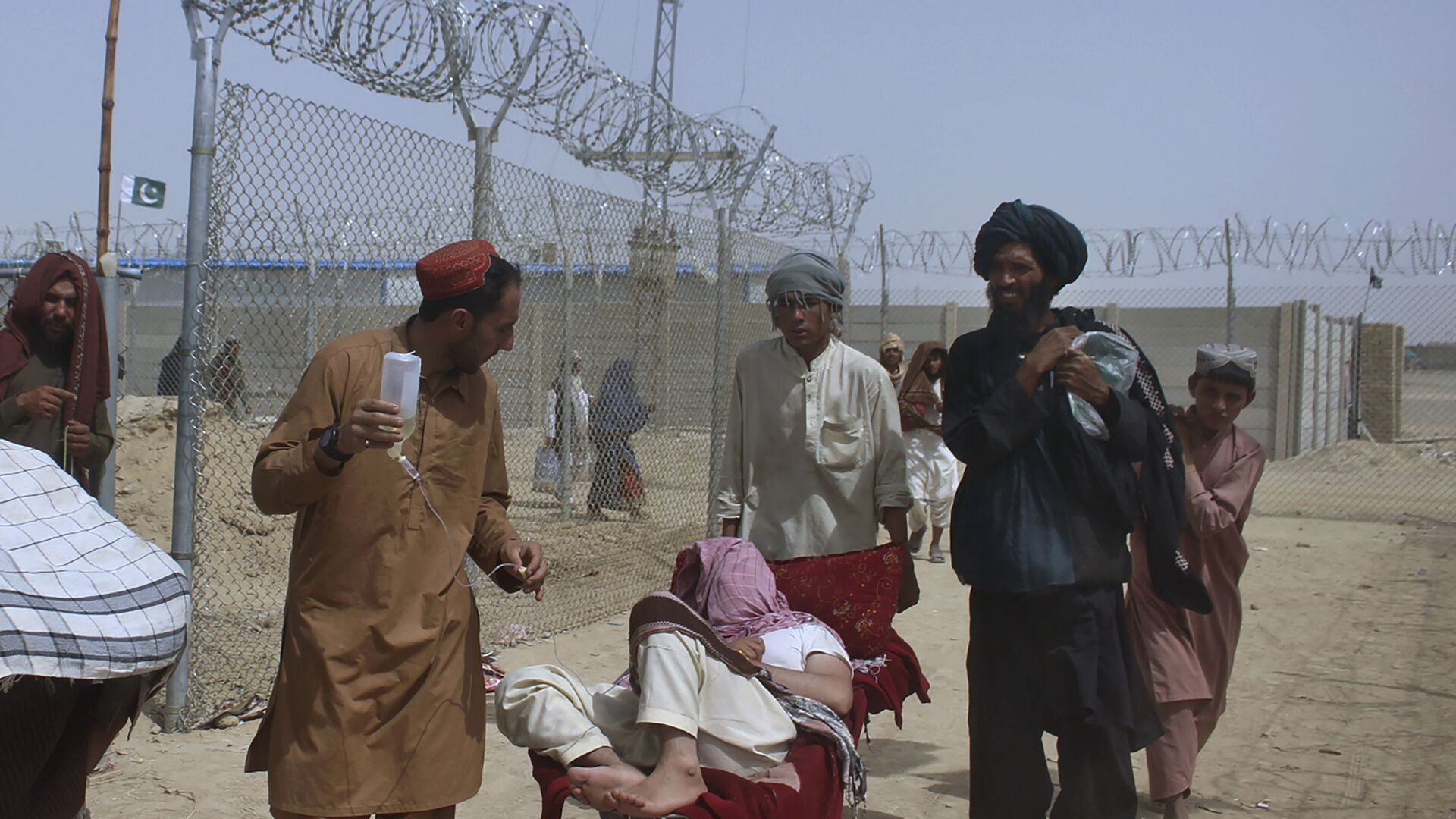 Афганские беженцы въезжают в Пакистан через пограничный переход в Чамане - Sputnik Таджикистан, 1920, 26.08.2021