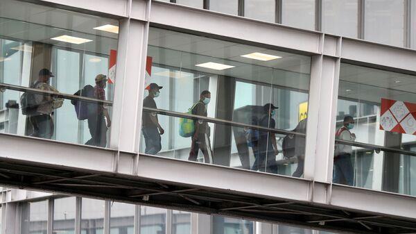 Эвакуированные люди из Афганистана прибывают в аэропорт Руасси-Шарль-де-Голль, Франция  - Sputnik Таджикистан
