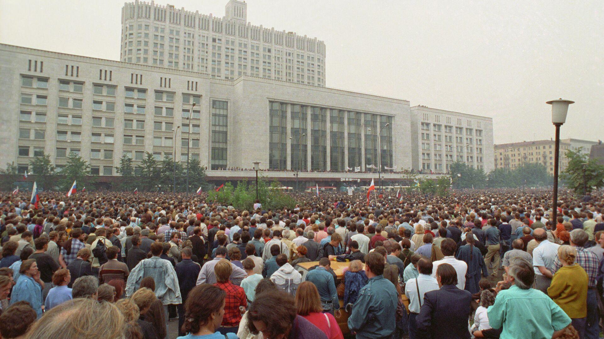 Манифестация у здания Верховного Совета РСФСР под названием Акция в защиту Белого дома - Sputnik Таджикистан, 1920, 22.08.2021