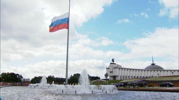 Путин на церемонии поднятия флага России на Поклонной горе - Sputnik Таджикистан