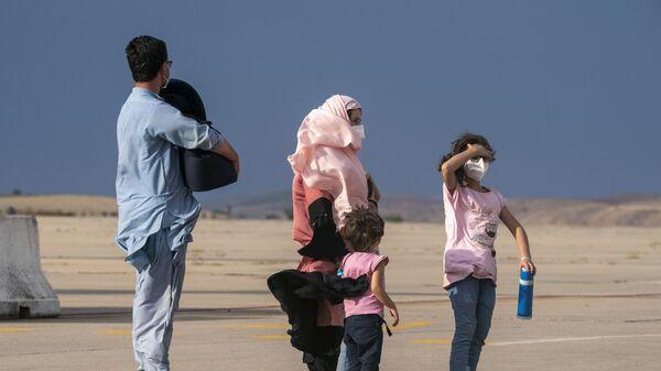 Афганская семья на взлетной полосе в Испании  - Sputnik Тоҷикистон