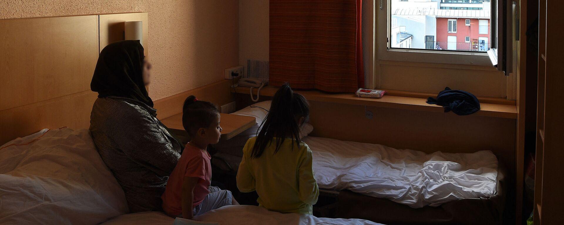 Афганские беженцы в отеле в Париже  - Sputnik Таджикистан, 1920, 15.09.2021