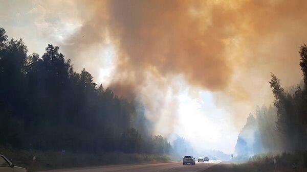 Пожар на трассе Пермь — Екатеринбург - Sputnik Таджикистан