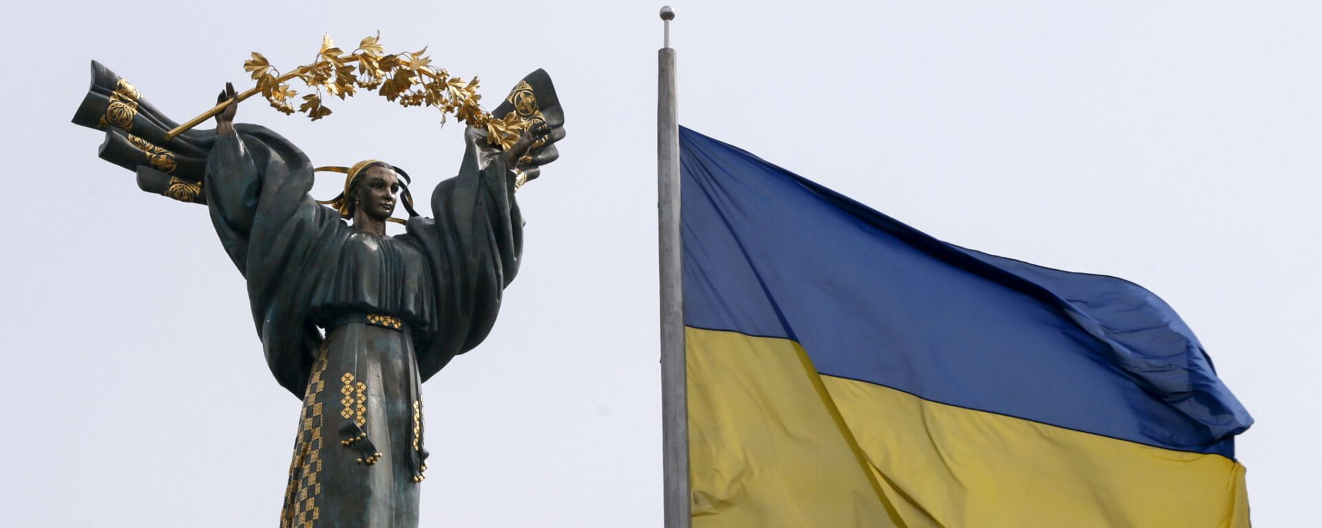 Флаг Украины на фоне Монумента Независимости на площади Независимости в Киеве - Sputnik Таджикистан, 1920, 13.09.2021