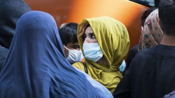 Эвакуированные семьи в аэропорту Dulles в США  - Sputnik Тоҷикистон
