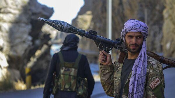 Афганское движение сопротивления во патрулирования в провинции Панджшер, Афганистан - Sputnik Тоҷикистон