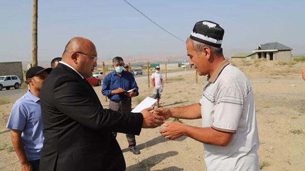 Глава Исфары вручает земельные сертификаты семьям погибших в приграничном конфликте - Sputnik Тоҷикистон