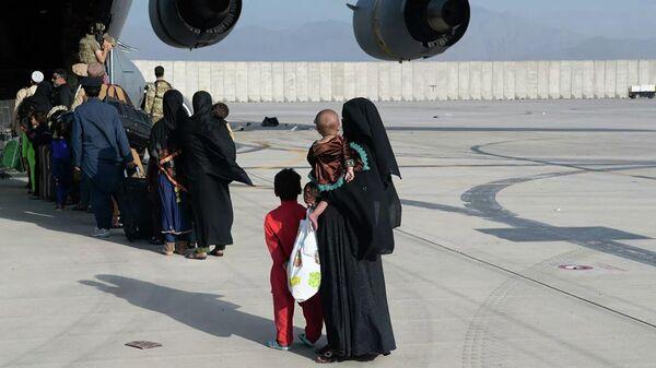 Очередь на посадку в самолет C-17 Globemaster III ВВС США во время эвакуации в аэропорту Кабула - Sputnik Тоҷикистон