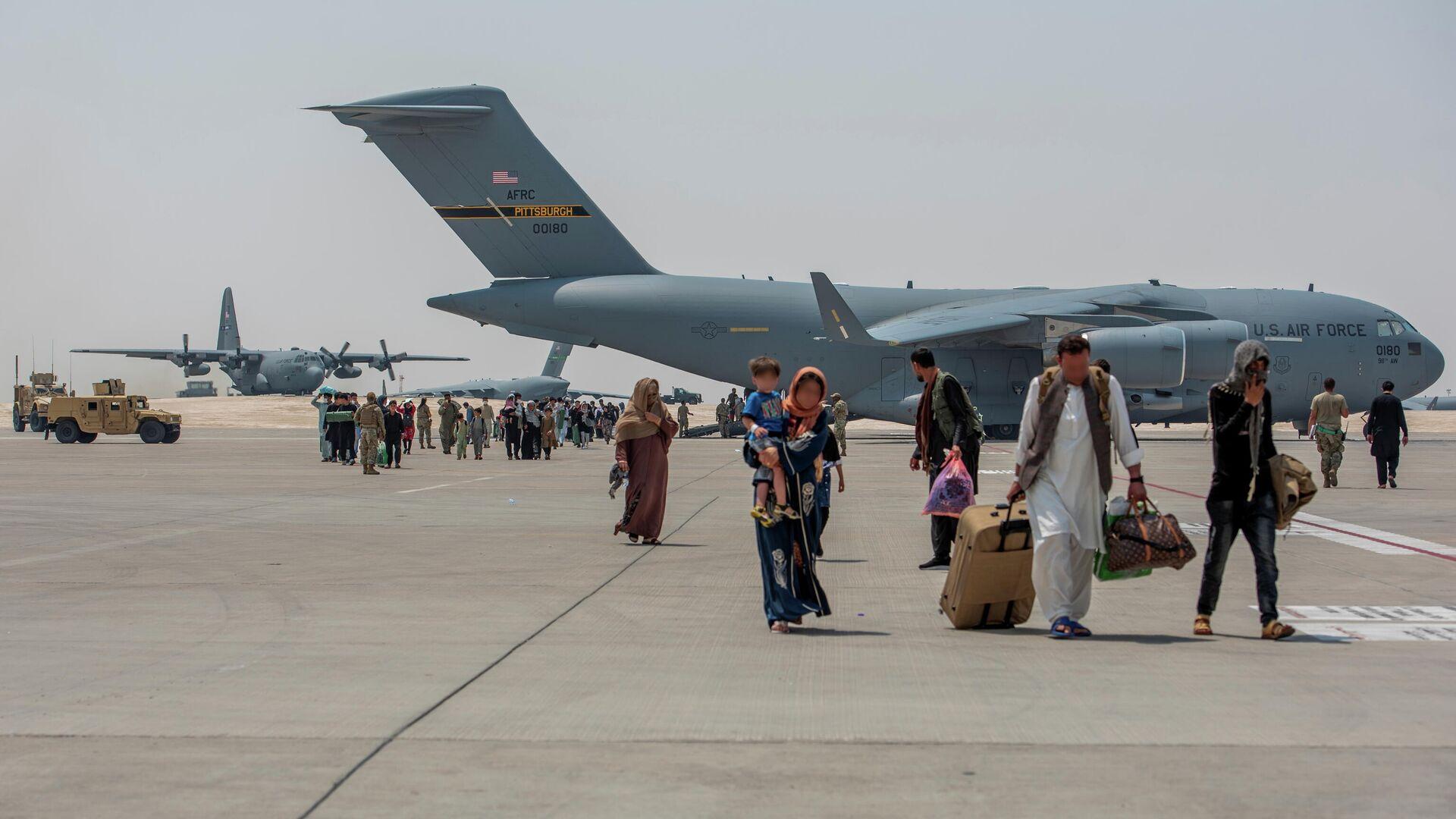 Эвакуация беженцев из аэропорта в Кабуле - Sputnik Таджикистан, 1920, 30.08.2021