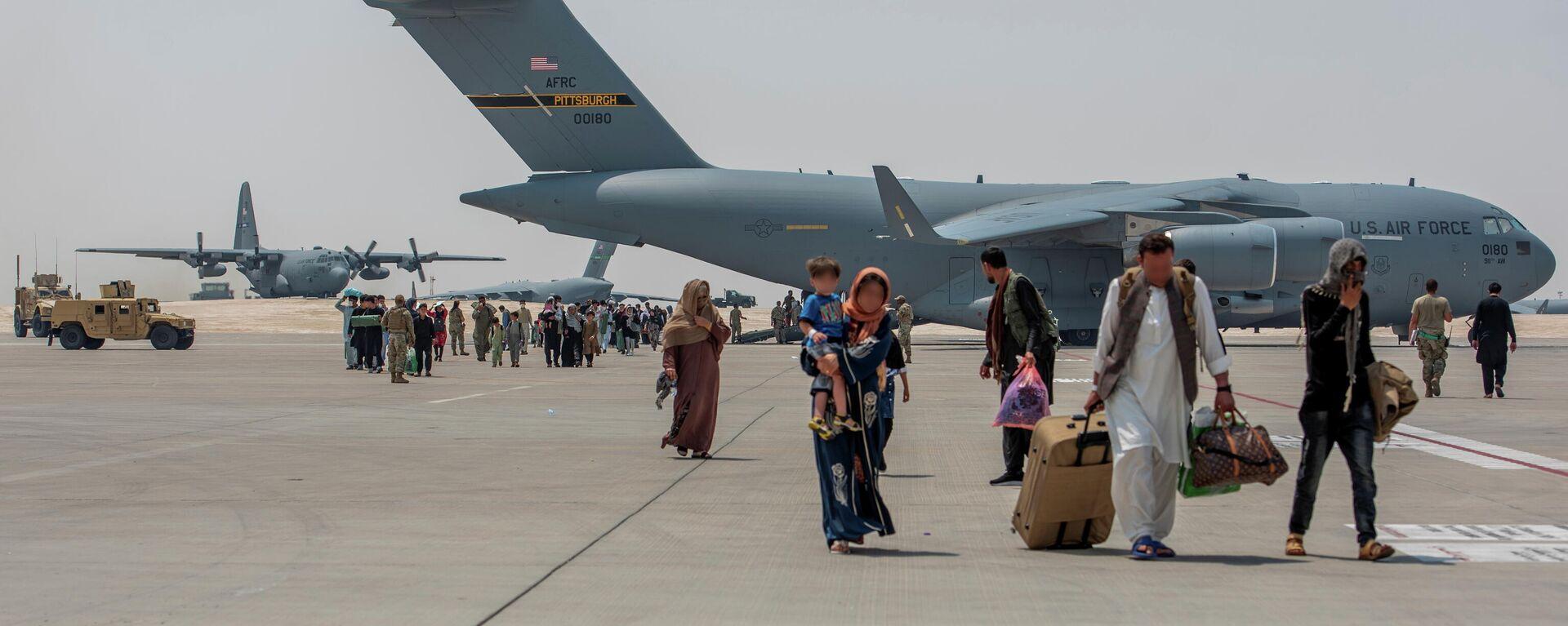 Эвакуация беженцев из аэропорта в Кабуле - Sputnik Таджикистан, 1920, 26.08.2021