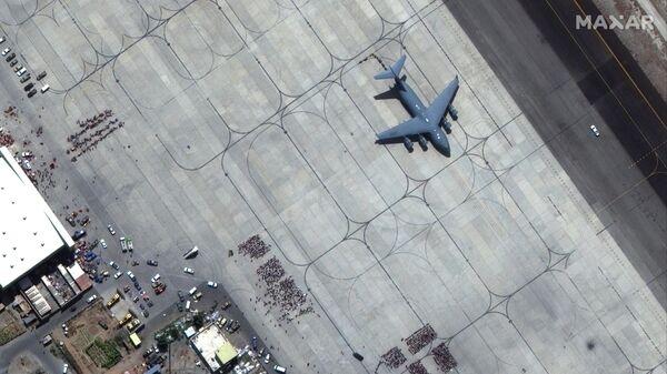 Взлетно-посадочная полоса международного аэропорта имени Хамида Карзая в Кабуле - Sputnik Таджикистан