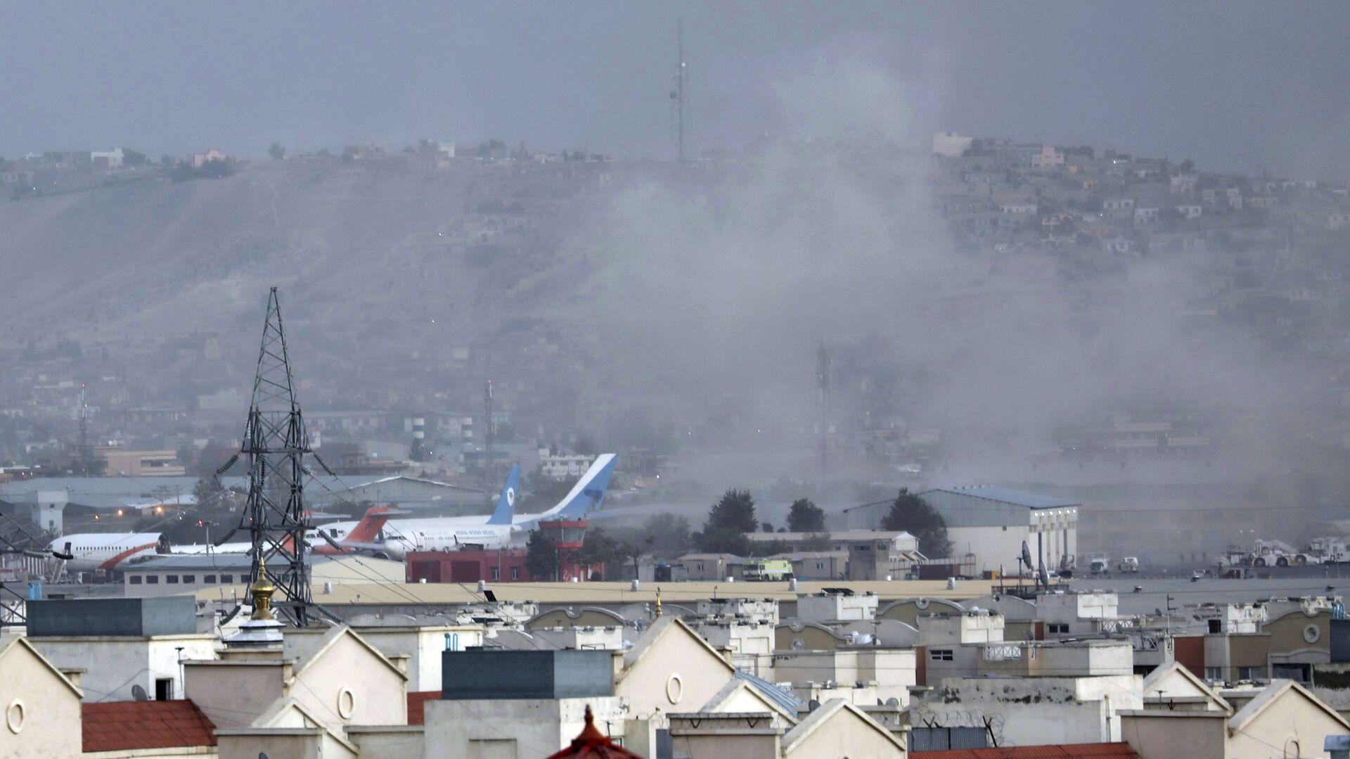 Дым от взрыва возле аэропорта в Кабуле, Афганистан - Sputnik Тоҷикистон, 1920, 27.09.2021