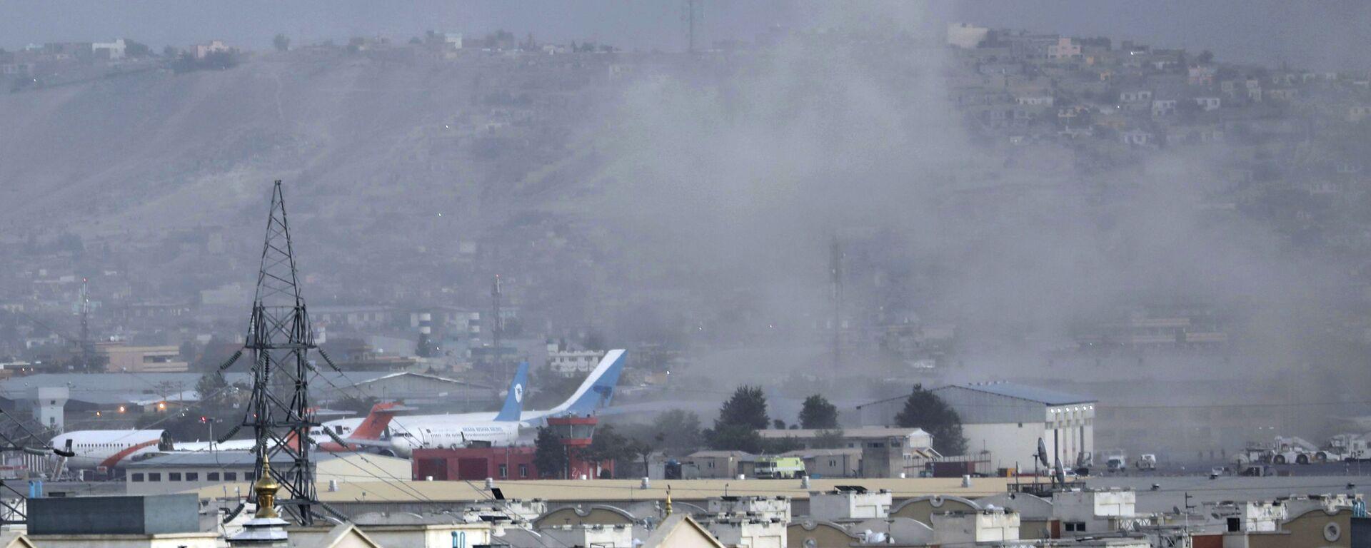 Дым от взрыва возле аэропорта в Кабуле, Афганистан - Sputnik Тоҷикистон, 1920, 10.10.2021