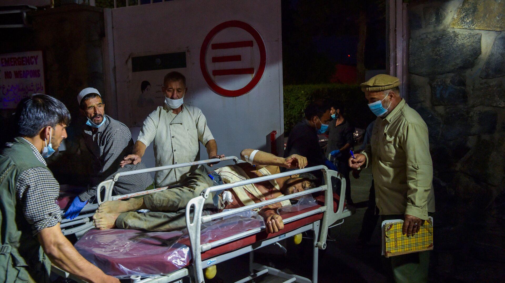 Медики помогают пострадавшим от двух мощных взрывов, произошедших в Кабуле - Sputnik Тоҷикистон, 1920, 03.10.2021
