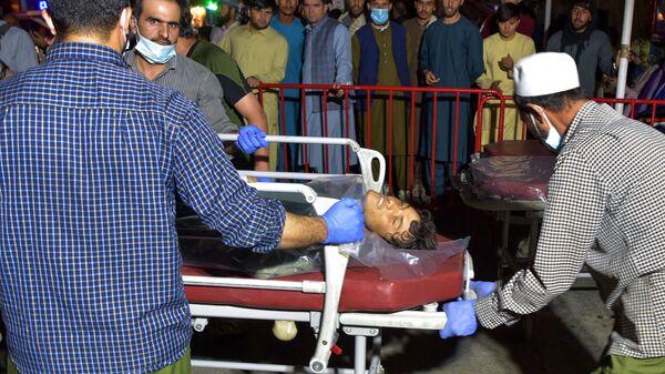 Медики помогают пострадавшим от двух мощных взрывов, произошедших в Кабуле - Sputnik Таджикистан