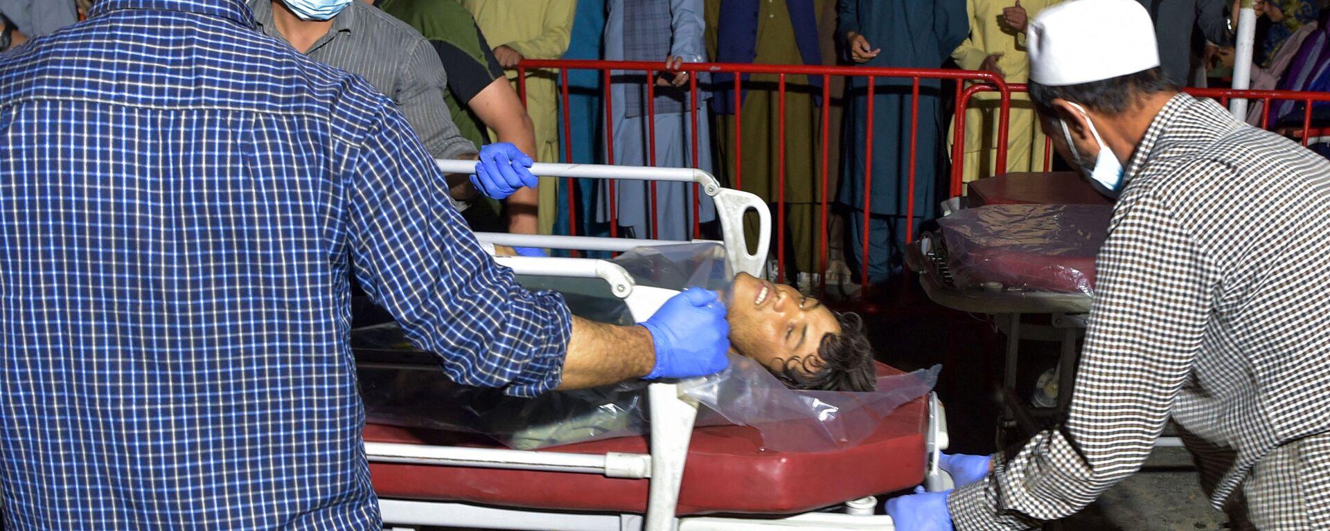 Медики помогают пострадавшим от двух мощных взрывов, произошедших в Кабуле - Sputnik Таджикистан, 1920, 27.08.2021
