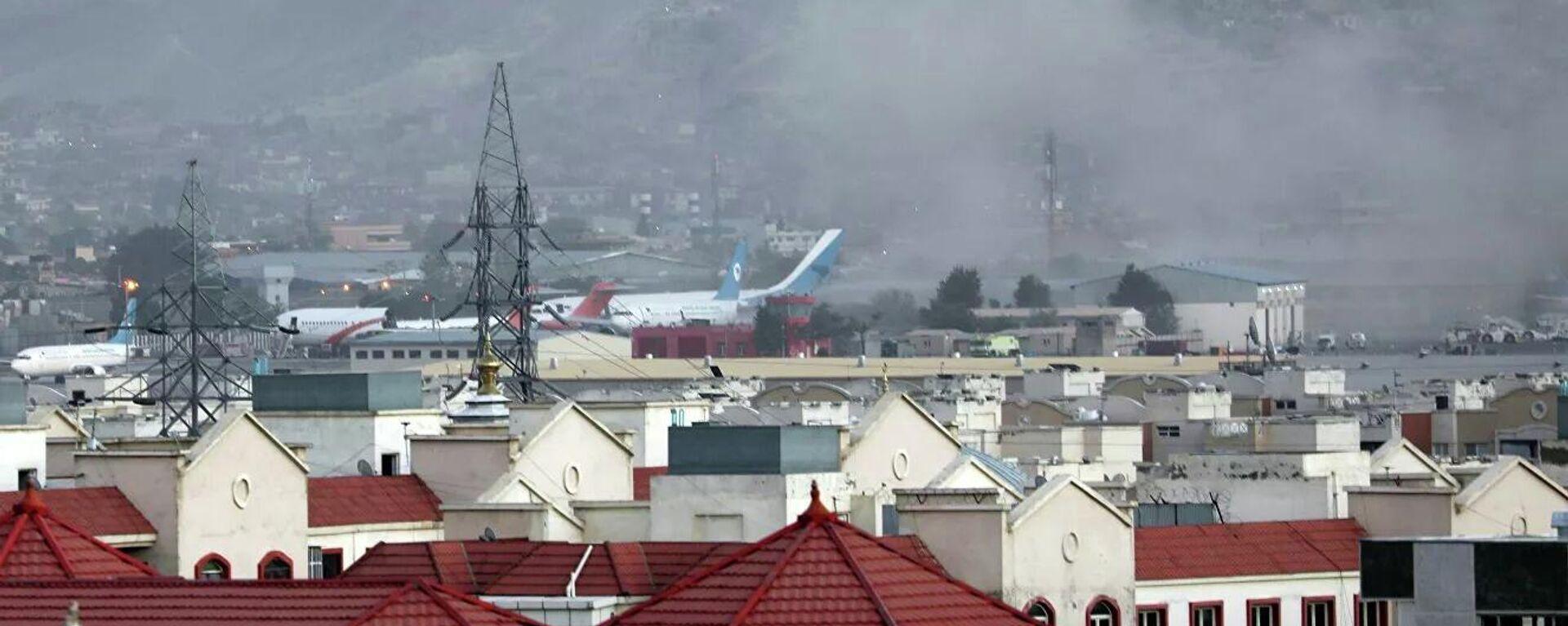 Дым от взрыва возле аэропорта Кабула  - Sputnik Таджикистан, 1920, 29.08.2021