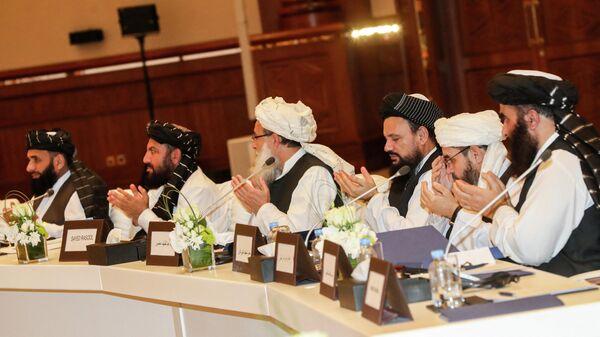 Члены движения Талибан присутствующие на втором дне переговоров внутриафганского диалога - Sputnik Таджикистан