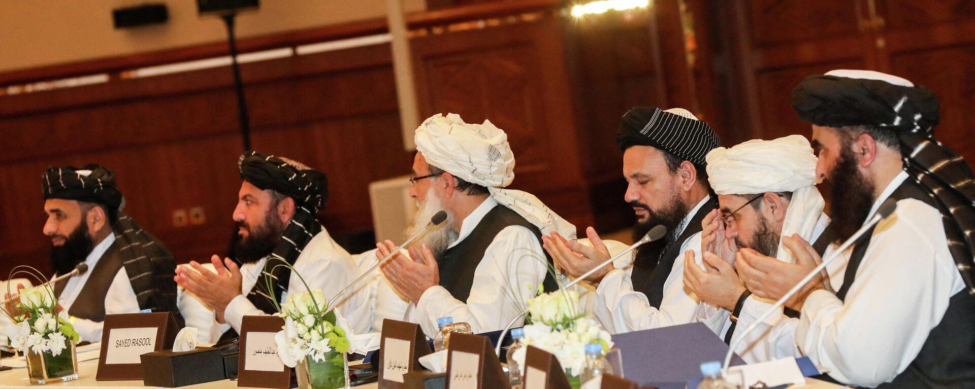 Члены движения Талибан присутствующие на втором дне переговоров внутриафганского диалога - Sputnik Таджикистан, 1920, 07.09.2021