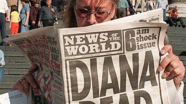 Канадский турист читает о гибели принцессы Дианы перед собором Святого Павла в Лондоне, где за 16 лет до этого состоялась ее свадьба с  принцем Чарльзом - Sputnik Таджикистан